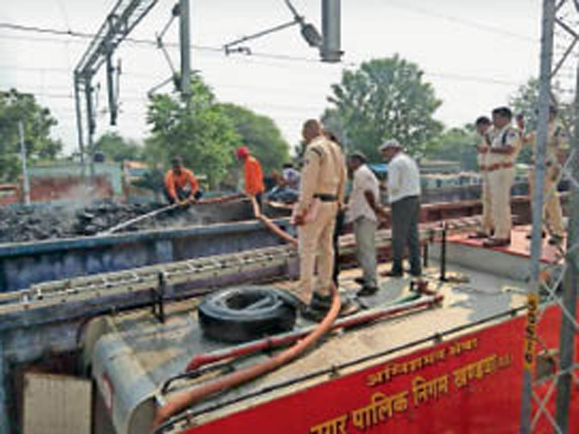 कोयला ले जा रही मालगाड़ी से उठा धुआं, बुझाई आग|खंडवा,Khandwa - Dainik Bhaskar