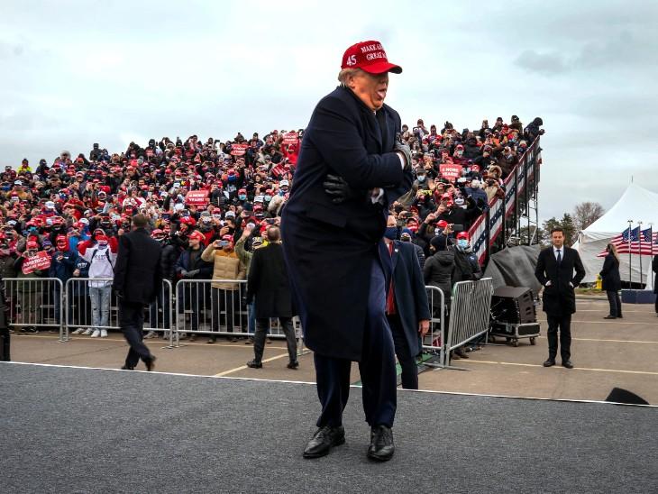 फोटो वॉशिंगटन की है। यहां एक रैली को संबोधित करने पहुंचे राष्ट्रपति डोनाल्ड ट्रम्प ठंड से खुद को बचाते हुए दिखे। रैली में भी ट्रम्प ने कई बार मौसम को लेकर कमेंट किए।