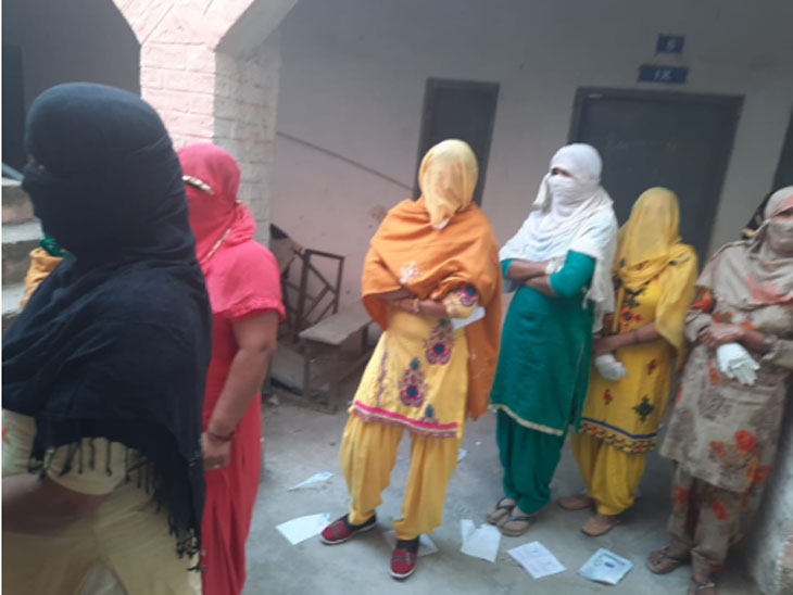 Women reached a polling station.