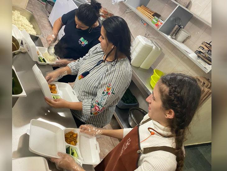 अक्शा बताती हैं कि उनका रेस्त्रां युद्ध से प्रभावित लोगों के लिए खाना पैक करके भिजवा रहा है।
