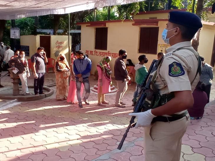 मतदान केंद्र पर पुलिस पूरी तरह से मुस्तैद रही।
