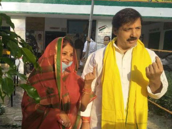 जौनपुर के मल्हनी से निर्दलीय प्रत्याशी धनंजय सिंह ने अपनी पत्नी के साथ किया मतदान।