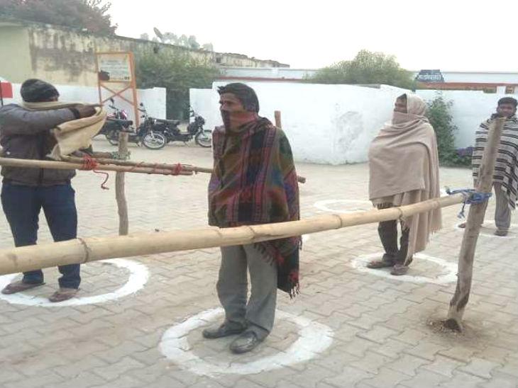 जौनपुर के मल्हनी में सुबह सात बजे वोट देने के लिए मतदाता पहुंच गए।