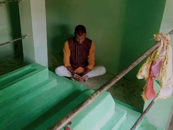 हिंदूवादी नेता ने मजार के सिराहने बैठकर हनुमान चालीसा पढ़ी, फोटो-वीडियो बनवाया और जय श्रीराम के नारे लगाए|उत्तरप्रदेश,Uttar Pradesh - Dainik Bhaskar