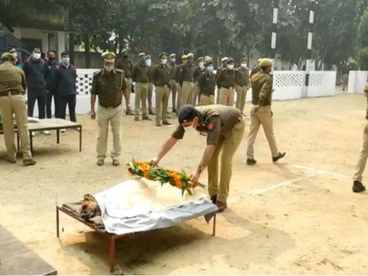 पुलिस अधिकारियों ने श्रद्धांजलि दी।