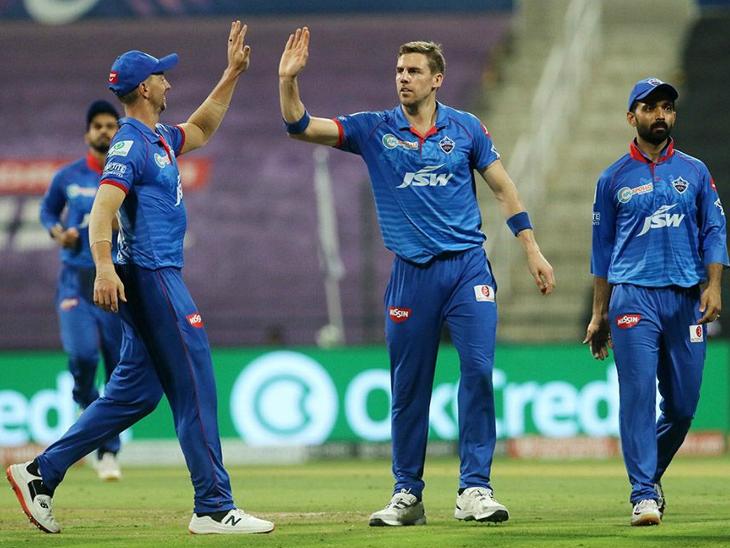 एनरिच नोर्तजे ने 4 ओवर में 33 रन देकर बेंगलुरु के 3 बल्लेबाजों को आउट किया।
