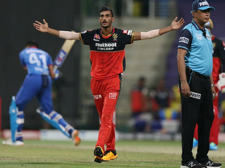 बेंगलुरु के शाहबाज अहमद ने 4 ओवर में 26 रन देकर 2 विकेट अपने नाम किए।