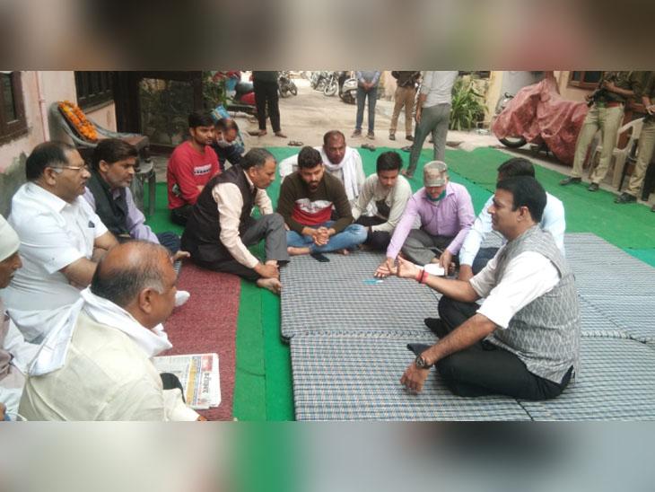 फरीदाबाद के सेक्टर-23 स्थित निकिता तोमर के घर परिजनों से मिलते मेरठ के सरधना विधानसभा क्षेत्र से भाजपा विधायक संगीत सोम। - Dainik Bhaskar