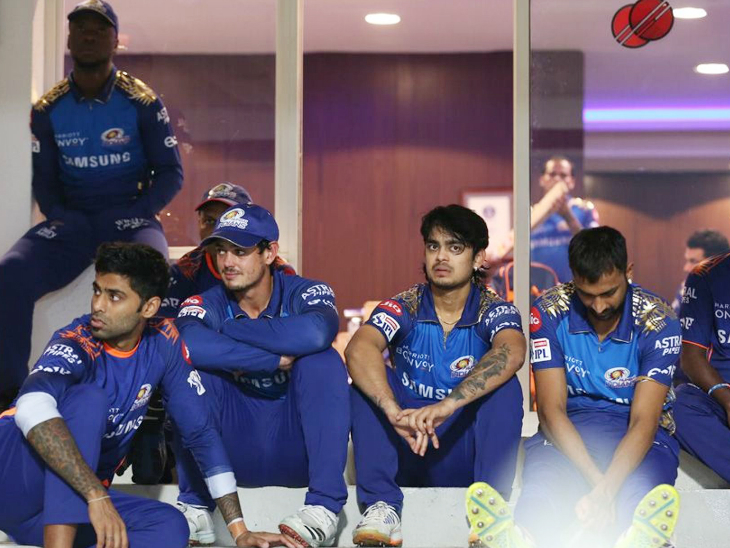 हार के बाद निराश मुंबई इंडियंस का डगआउट।