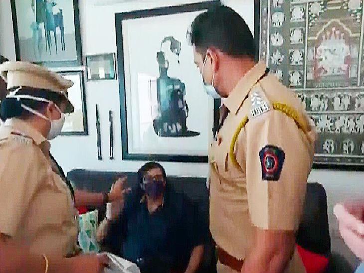 रिपब्लिक टीवी ने अर्नब की गिरफ्तारी के समय के फुटेज दिखाए। दावा किया गया कि पुलिस ने उनके साथ बदसलूकी की है।