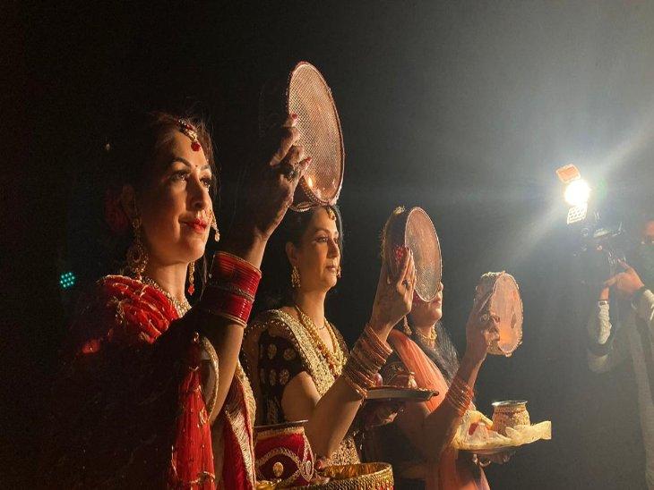सुखना लेक पर छननी के बीच से चांद देखतीं महिलाएं।(फोटो: अश्विनी राणा) - Dainik Bhaskar