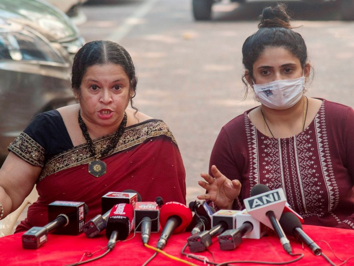 मीडिया के सामने आईं अन्वय नाइक की पत्नी अक्षता और बेटी ने महाराष्ट्र पुलिस का आभार जताया। - Dainik Bhaskar