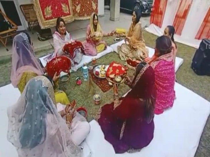 सेक्टर 21 में करवा चौथ की पूजा करतीं महिलाएं।