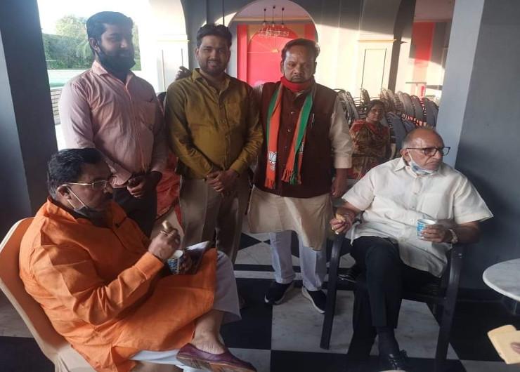 नगर निगम में बोर्ड बनाने के लिए भाजपा के दिग्गज नेता सक्रिय हो गए है। वे नए पार्षदों के साथ राय मशविरा कर रहे है।