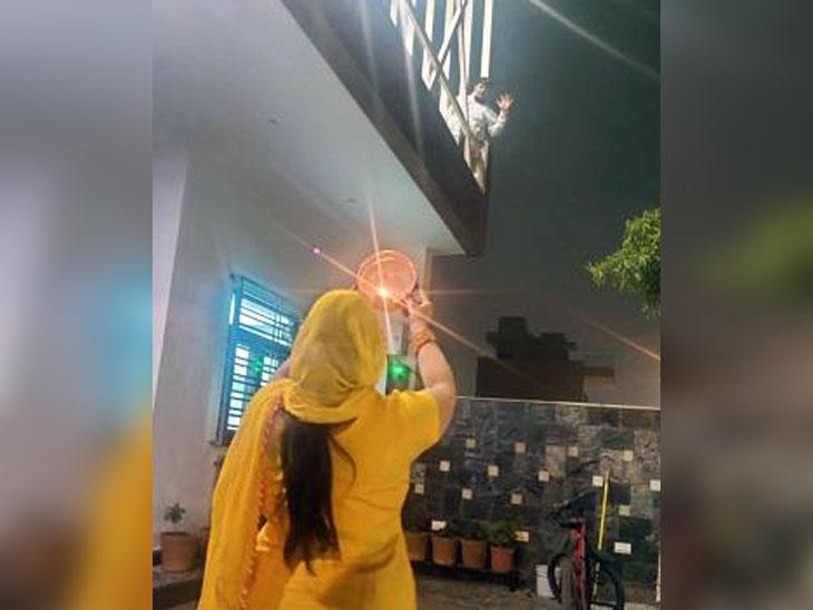 सोनीपत में छत पर खड़े आरटीओ के इंस्पेक्टर राजेश को आंगन में खड़ी हो छलनी से निहारती पत्नी। - Dainik Bhaskar
