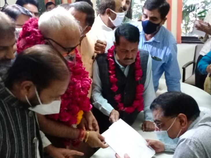 कोटा दक्षिण से भाजपा प्रत्याशी विवेक राजवंशी ने महापौर पद के लिए भरा नामांकन।