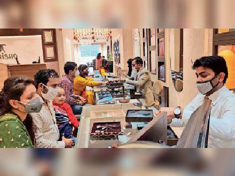 तनिष्क शोरूम पर खरीदारी करने के लिए पहुंचे ग्राहक। - Dainik Bhaskar