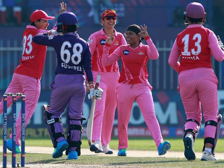 राजेश्वरी गायकवाड़ ने 3 ओवर में 13 रन देकर 2 विकेट लिए। इसमें एक मेडन ओवर भी शामिल है।