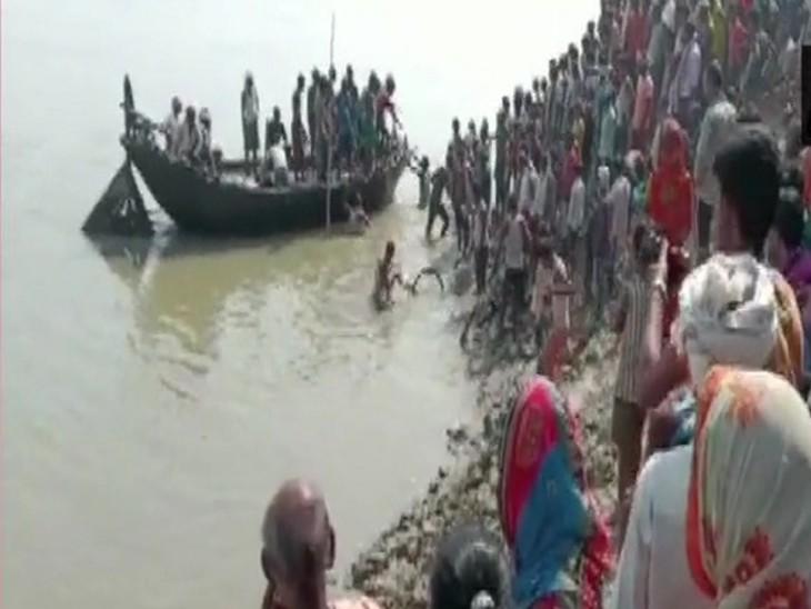 भागलपुर में गंगा में पलटी नाव।