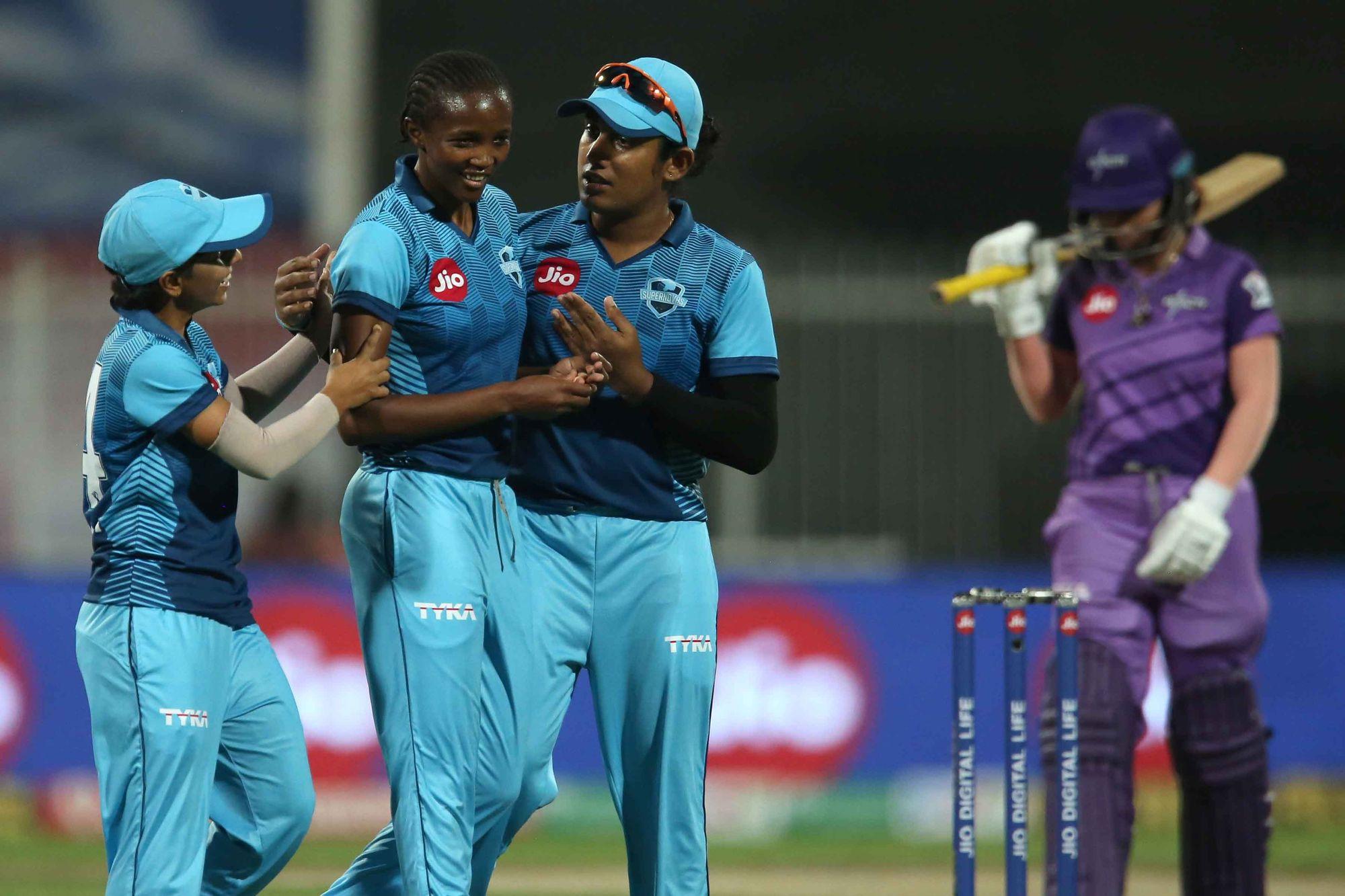 सुपरनोवाज की अयाबोंगा खाका ने 4 ओवर में 27 रन देकर 2 विकेट लिए। उन्होंने वेलोसिटी के दोनों ओपनर्स को आउट किया।