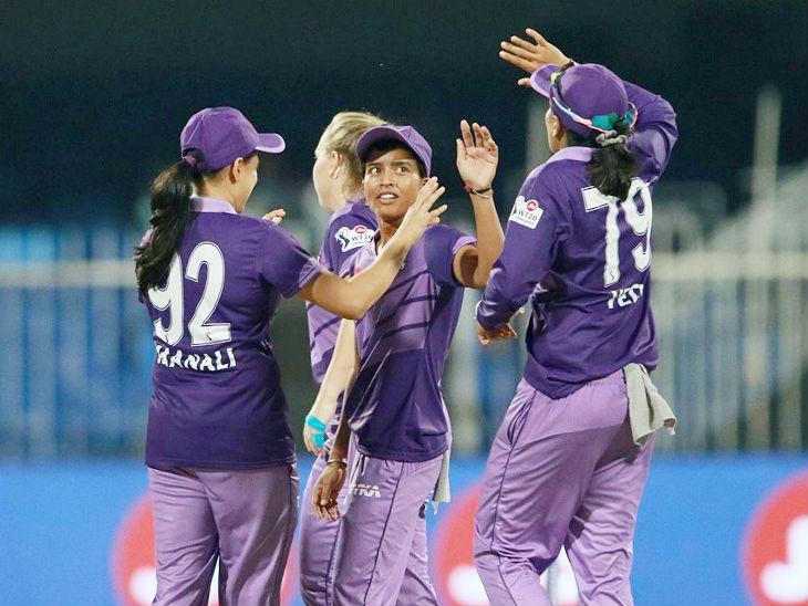 वेलोसिटी की स्पिनर एकता बिष्ट ने 4 ओवर में 22 रन देकर 3 विकेट लिए।