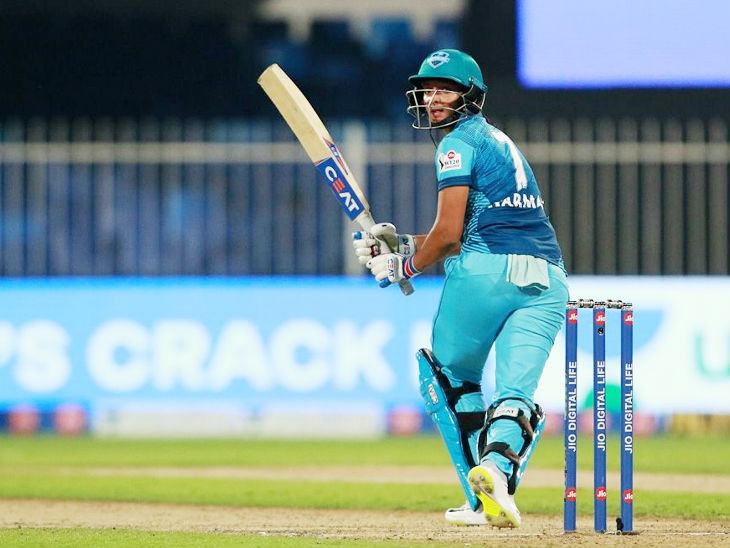 हरमनप्रीत कौर ने 27 बॉल पर 1 चौका और 2 छक्के की मदद से 31 रन बनाए।