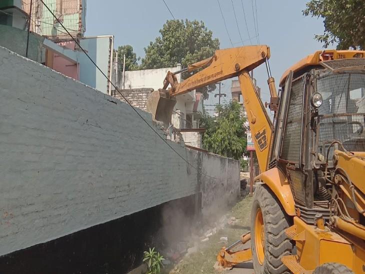 वाराणसी में मुख्तार अंसारी के करीबी मेराज के घर गरजा वीडीए का बुलडोजर, अवैध निर्माण किया गया ध्वस्त|वाराणसी,Varanasi - Dainik Bhaskar