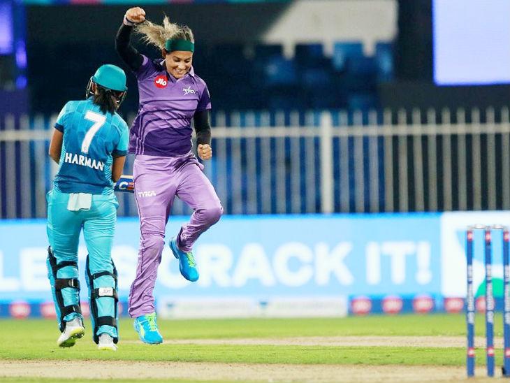 वेलोसिटी की गेंदबाज जहांआरा आलम ने सुपरनोवाज की चमारी अटापट्टू और हरमनप्रीत का विकेट लिया।