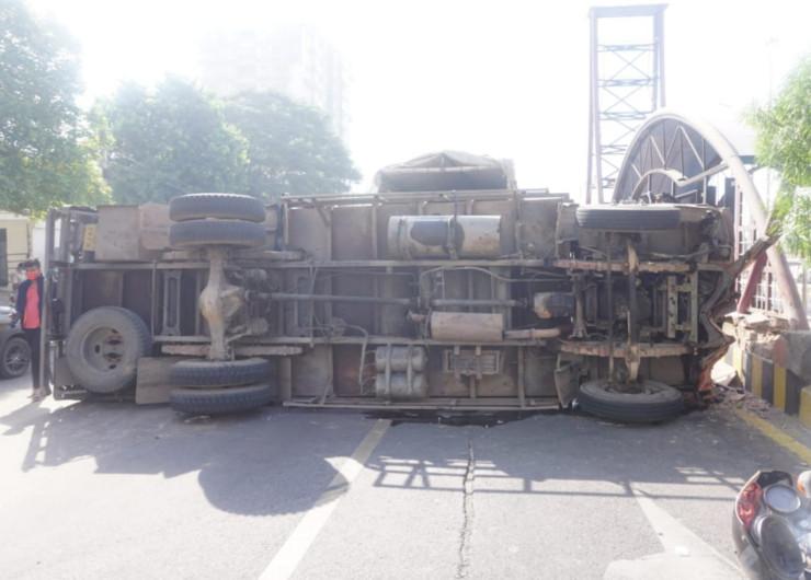 देर रात को ट्रक देशी शराब की बोतलों के कार्टून भरकर जयपुर में झोटवाड़ा के लिए रवाना हुआ था।
