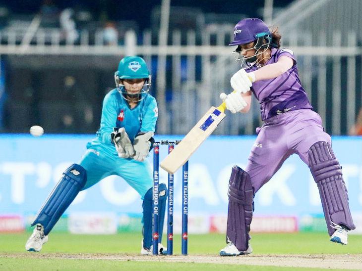 मिताली राज कुछ खास नहीं कर सकीं और 7 रन (19 बॉल) बनाकर शशिकला श्रीवर्धने की बॉल पर आउट हुईं।