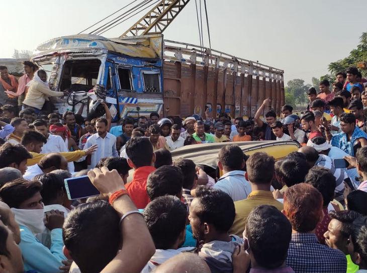 हादसे के बाद ग्रामीणों की मदद से घायलों को निकाला गया बाहर - Dainik Bhaskar