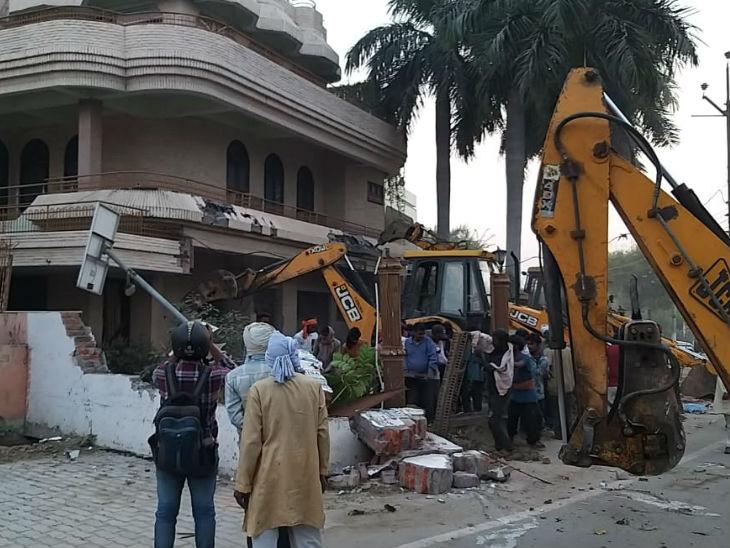 JCB से गिराया गया मकान।