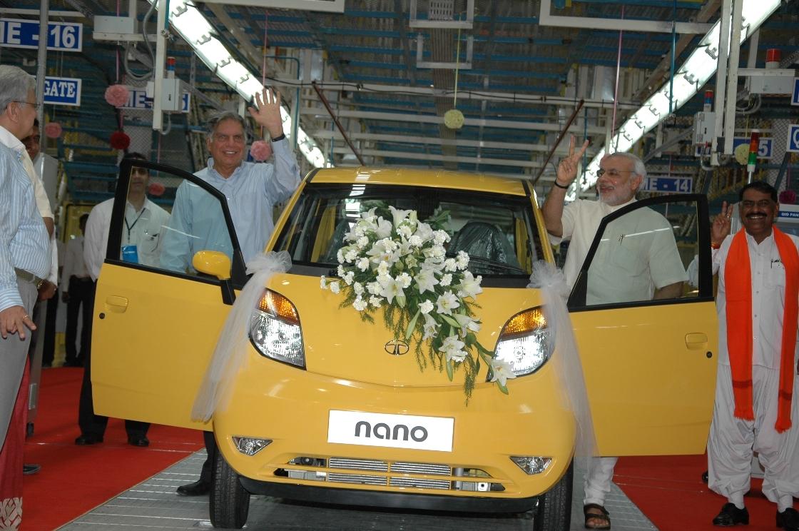 2010 में साणंद में टाटा मोटर्स प्लांट में पहली नैनो कार बनी। उस समय टाटा ग्रुप के चेयरमैन रतन टाटा और तब मुख्यमंत्री और वर्तमान में प्रधानमंत्री नरेंद्र मोदी। (फाइल फोटो)