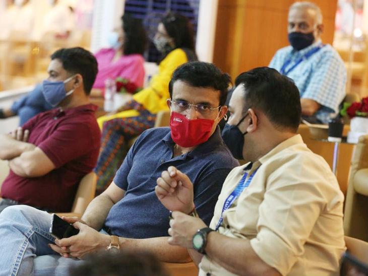 मैच के दौरान भारतीय क्रिकेट कंट्रोल बोर्ड के अध्यक्ष सौरव गांगुली और अंतरिम CEO हेमंग अमीन।