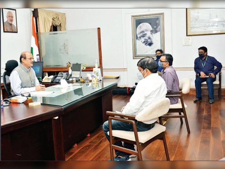 पंजाब में किसान आंदोलन के कारण उत्तर रेलवे की आमदनी में 1200 करोड़ की हानि की जानकारी उत्तर रेलवे के जीएम आसुतोष गंगल। - Dainik Bhaskar