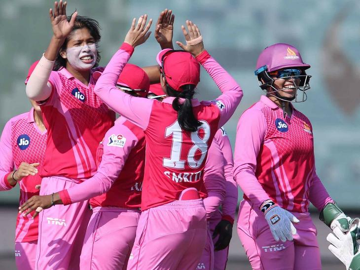 झूलन गोस्वामी ने 3 ओवर में 13 रन देकर 2 विकेट अपने नाम किए।