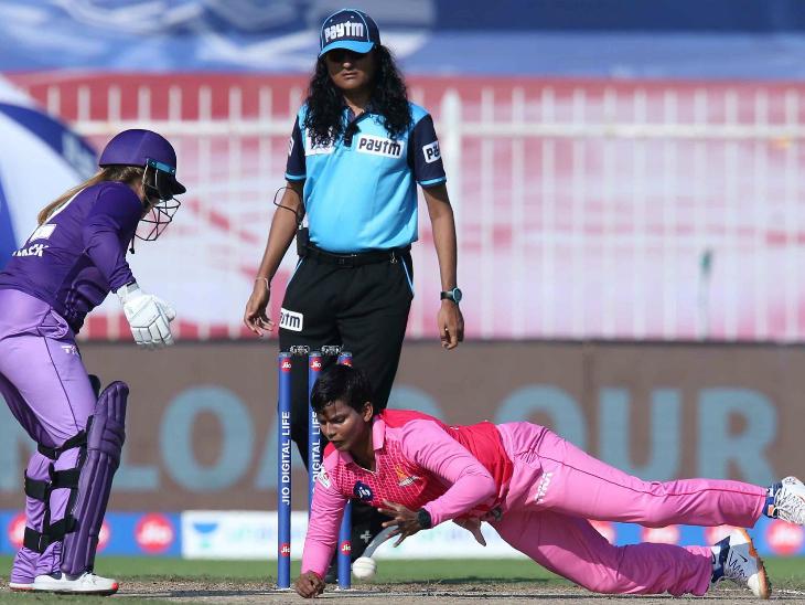 दीप्ति शर्मा ने 4 ओवर में सिर्फ 8 रन दिए और एक मेडन सहित एक विकेट अपने नाम किया।