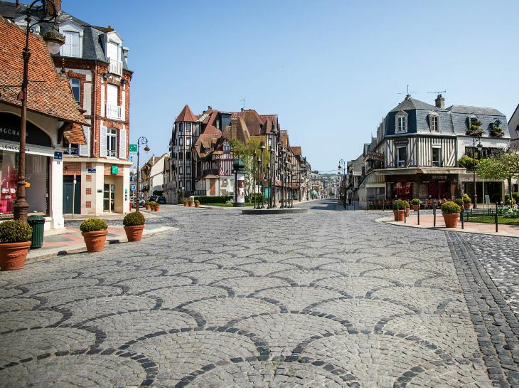 पेरिस के बाजार सूने पड़े हैं। फ्रांस में एक महीने का लॉकडाउन है, लेकिन अब तक इसका फायदा होता नहीं दिखा है। इसकी वजह यह है कि हर दिन औसतन 50 हजार नए मामले सामने आ रहे हैं।