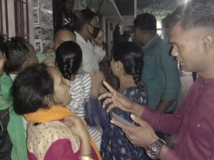 यह फाेटो लखनऊ की है। गुरुवार रात पुलिस ने सामाजिक कार्यकर्ता जैनब के यहां छापेमारी की तो झड़प हुई। - Dainik Bhaskar