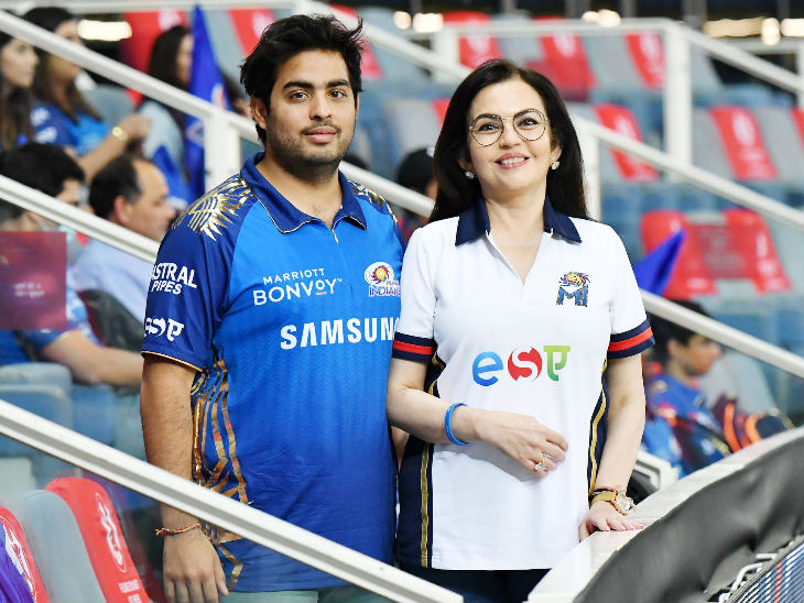 Mistress of Mumbai Indians Nita Ambani and her son Akash also came to watch the match.  He also looked happy after the victory.