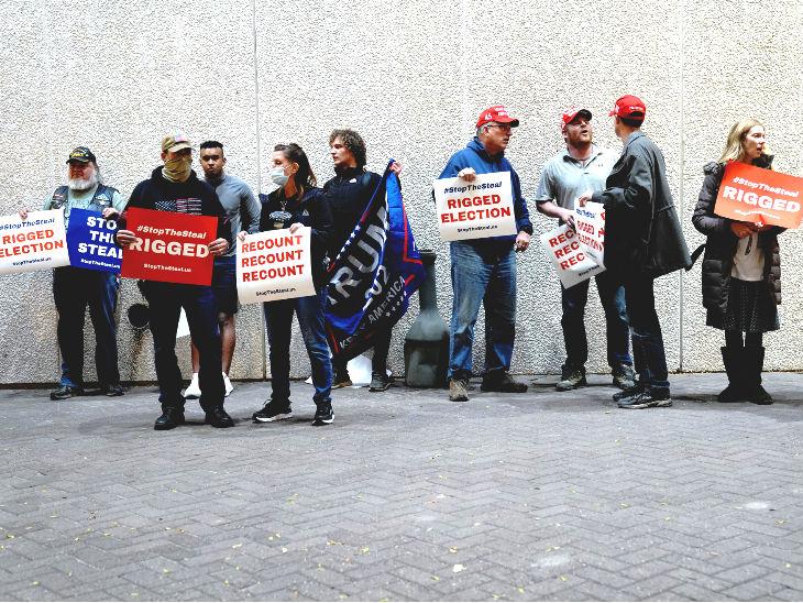विस्कॉन्सिन के मिलवॉकी में ट्रम्प समर्थक डेमोक्रेट्स पर वोट चुराने का आरोप लगा रहे हैं।