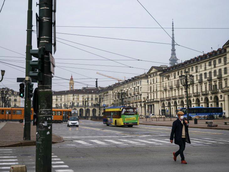 इटली के तूरिन शहर में शुक्रवार शाम बाजार खाली नजर आए। सरकार ने यहां बेमियादी नाइट कर्फ्यू का ऐलान किया।