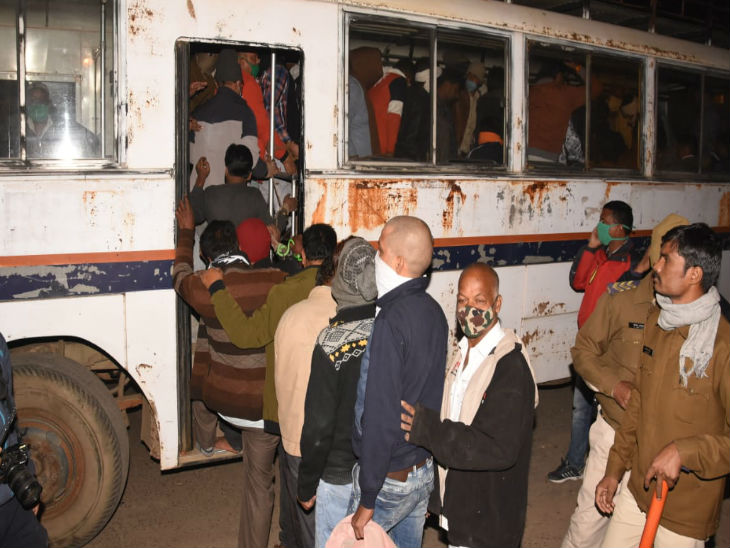 जबलपुर में कांग्रेस नेता के घर छापा, चल रहा था सट्टा, जुआरी इतने थे कि ले जाने के लिए बुलानी पड़ी बसें जबलपुर,Jabalpur - Dainik Bhaskar