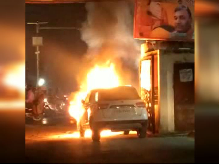 कानपुर में चलती कार के इंजन में शार्ट सर्किट से अचानक लगी भीषण आग, सूझबूझ से बची ड्राइवर की जान कानपुर,Kanpur - Dainik Bhaskar