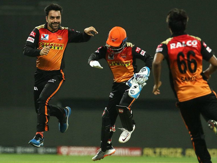 Rashid Khan gave 22 runs in 4 overs apart from one run out, but could not take any wickets.