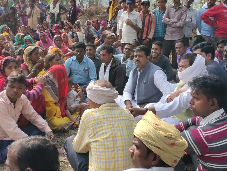यह फोटो पीलीभीत की है। मुआवजे की मांग को लेकर सपा नेता व ग्रामीण धरने पर बैठे। - Dainik Bhaskar