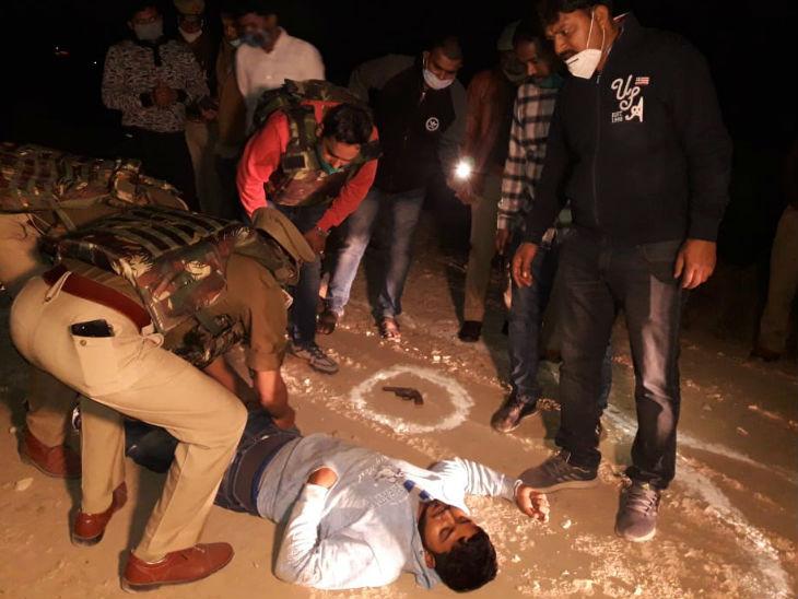 घायल बदमाश की तलाशी लेते पुलिसकर्मी।