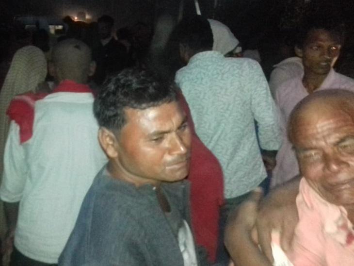 मछली व्यवसायियों की मौत के बाद दुर्घटनास्थल पर परिजन। - Dainik Bhaskar