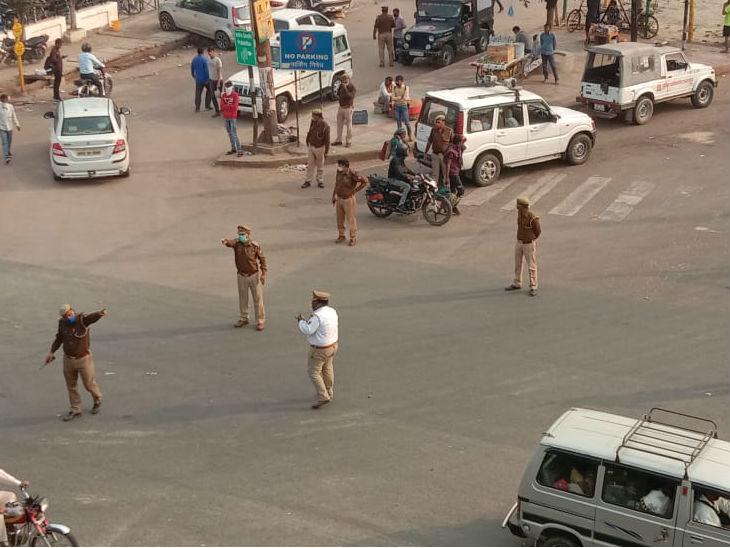 लखनऊ के शहीद पथ पर ग्रीन कॉरिडोर की जिम्मेदारी संभाले पुलिसकर्मी।