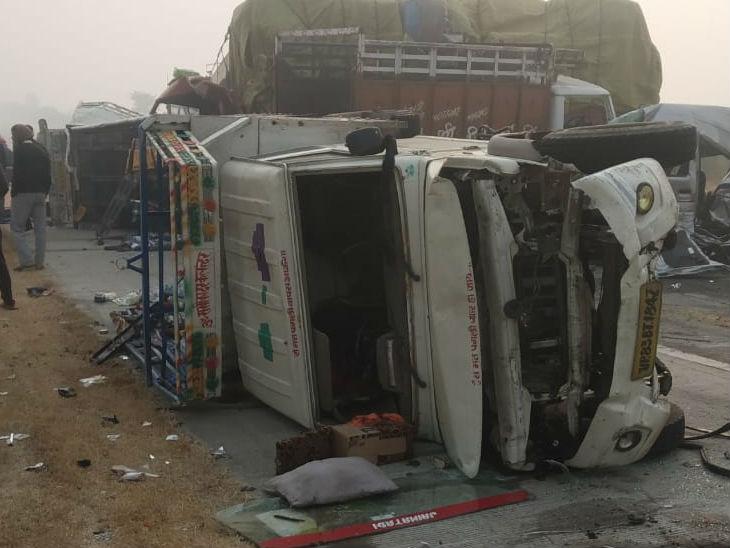 कोहरे और धुंध के कारण यमुना एक्सप्रेस-वे पर आपस में टकराए 8 वाहन, तीन की मौत, छह घायल आगरा,Agra - Dainik Bhaskar